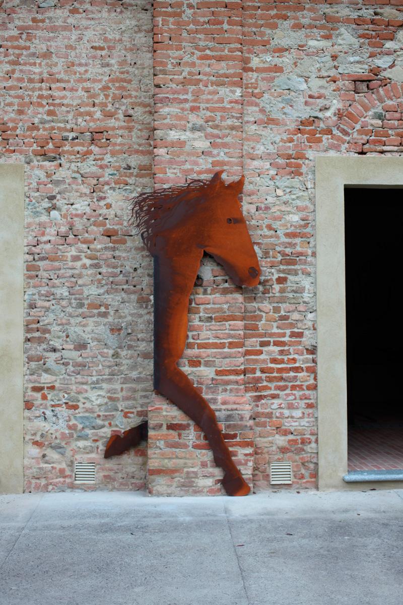 CAVALLO, vista d'insieme della scultura