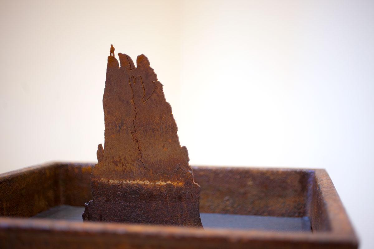 L'ISOLA, dettaglio scultura. taglio laser in corten, piombo e ghisa 13x48x48 cm