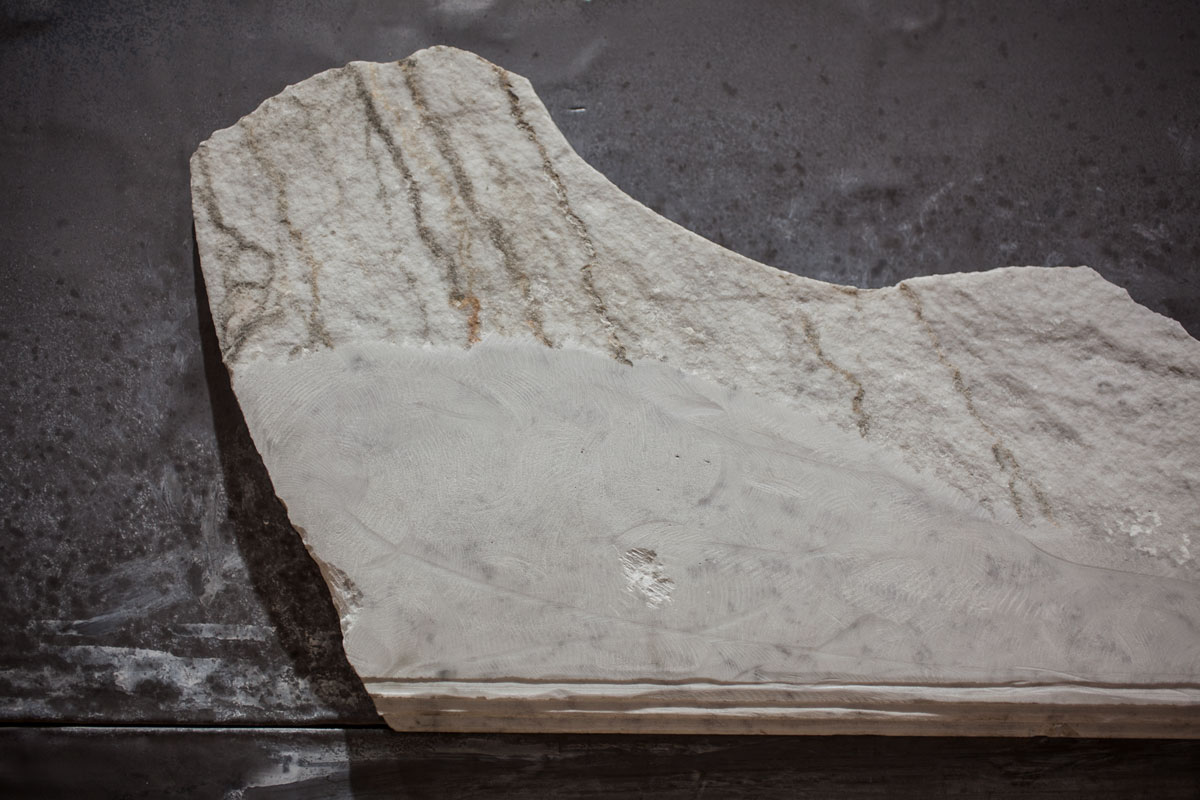 LYNN,  dettaglio scultura. marmo di Carrara e piombo, 135x200x5cmx135x73x5cm, 2018